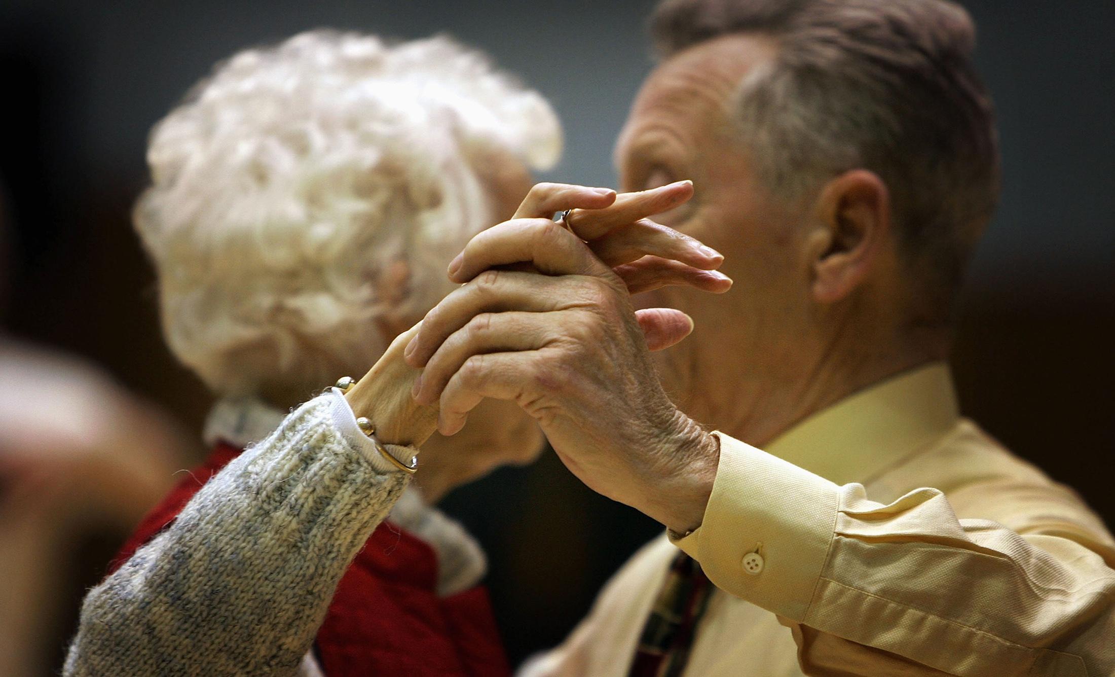 картинки пенсионеры танцуют